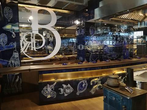La barra y la cocina abierta como espect culo grandes for Menaje de cocina para restaurante