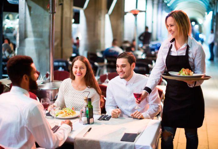 hosteleria grupo de personas comen en un bar y restaurante del sector de la hostelería