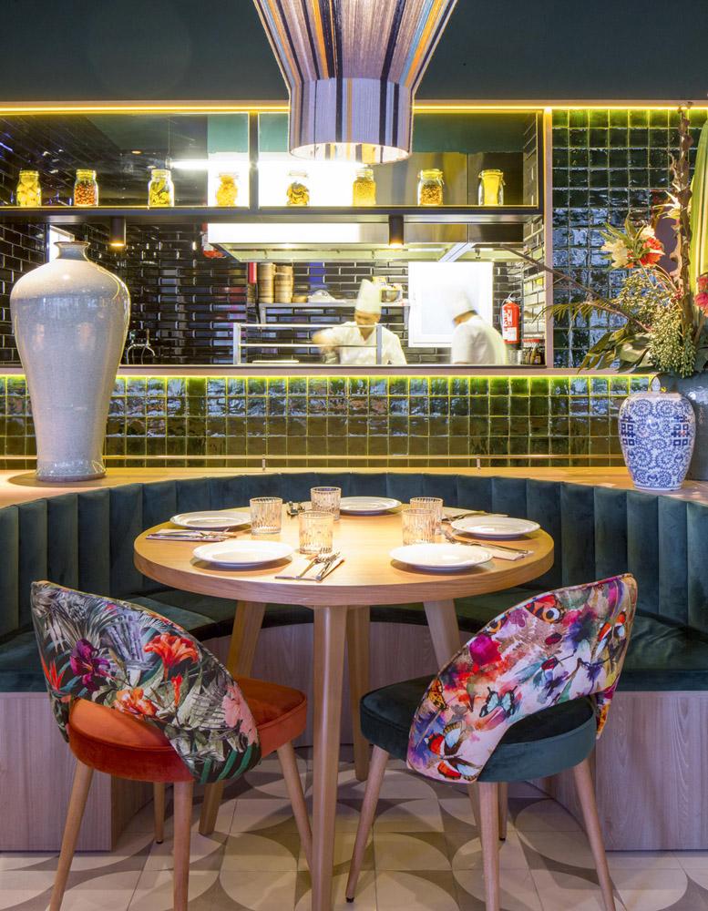 Sala y cocina se integran en el renovado Buda Feliz 1974 de Madrid.