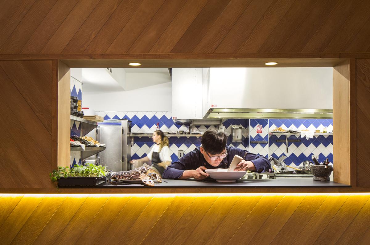 Cocina y zona de pase abierta a la sala del restaurante SOY Kitchen.