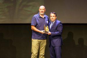 Francisco Javier Sánchez recoge el premio otorgado a Fagor Industrial de la mano de David Castro, CEO de Cervezas la Cibeles. Foto: Xavi Gómez