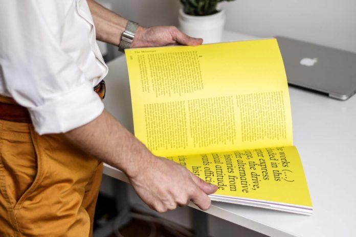 revista hombre leyendo publicaciones periodicas